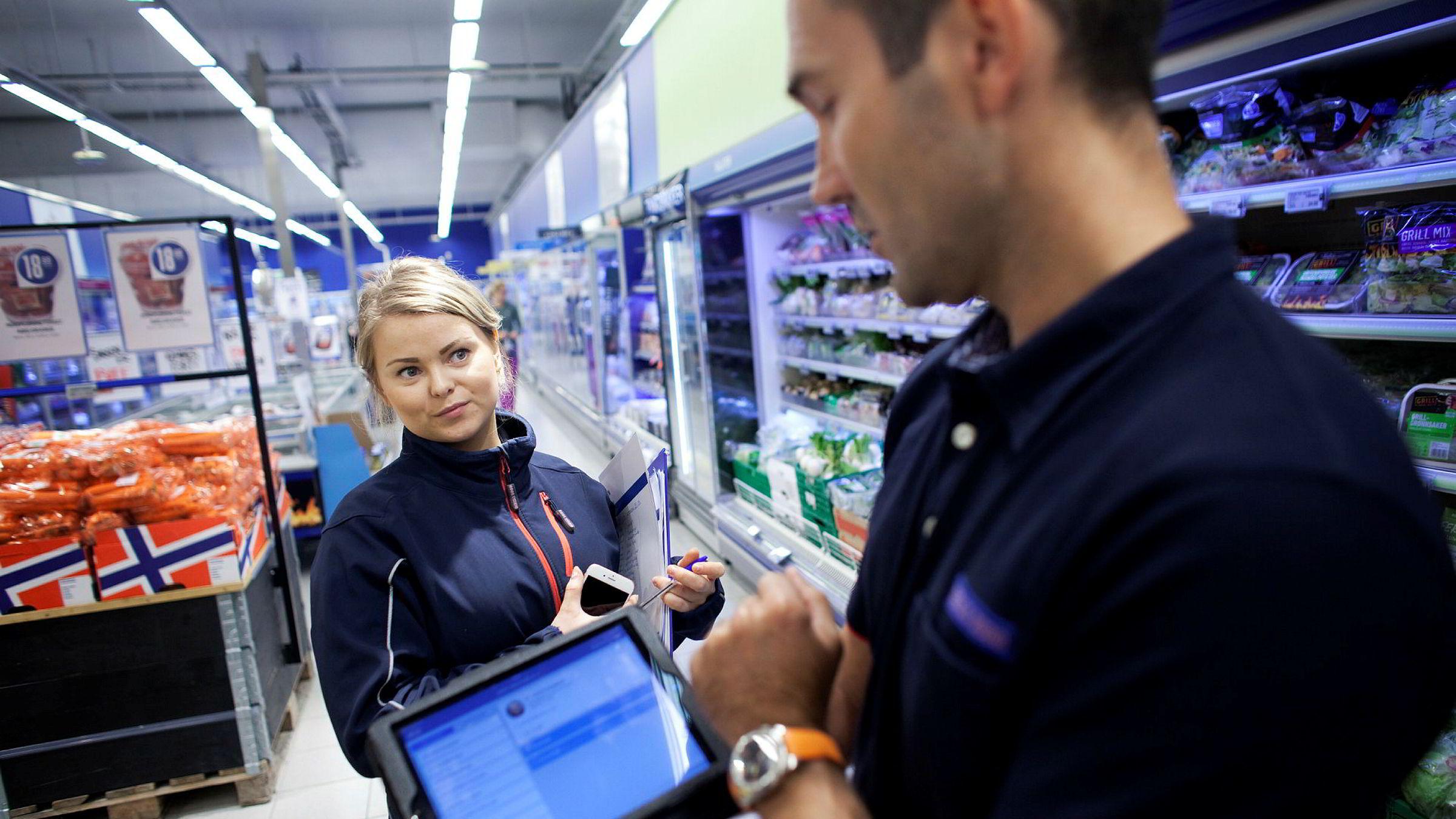 – Det er mye enklere nå, sier butikkansatt Lisa Marie Storhaug, som for eksempel lett kan bytte vakter med kolleger på mobilappen og holde kjøpmann Jone Tungland kontinuerlig oppdatert.