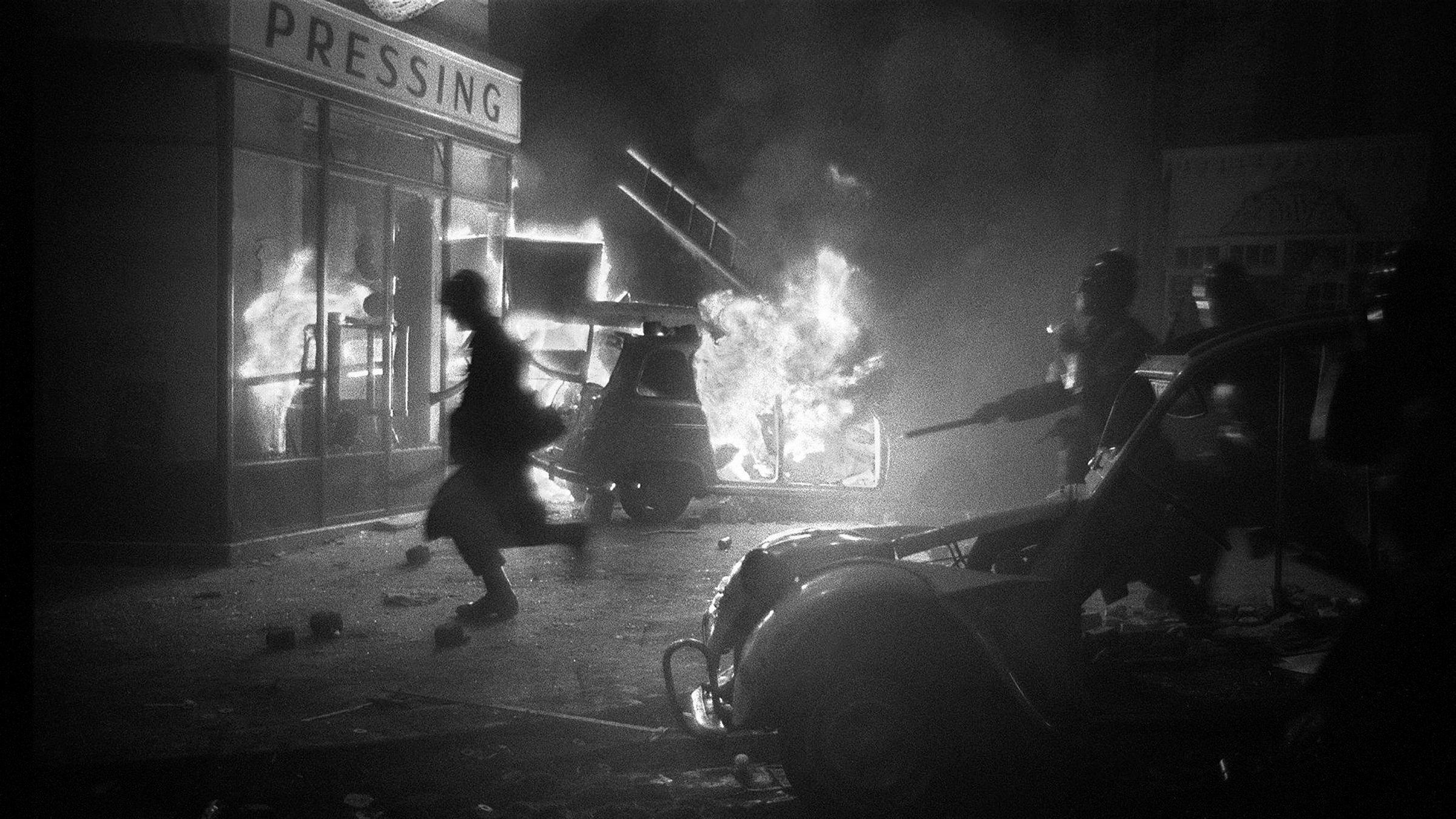 Opptøyer i Latinerkvarteret i Paris i mai 1968. I år er det 50 år siden franske studenter tok til gatene for å protestere mot forholdene ved lærerstedene i Frankrike. Studentene mente blant annet at universitetene var udemokratisk organisert.