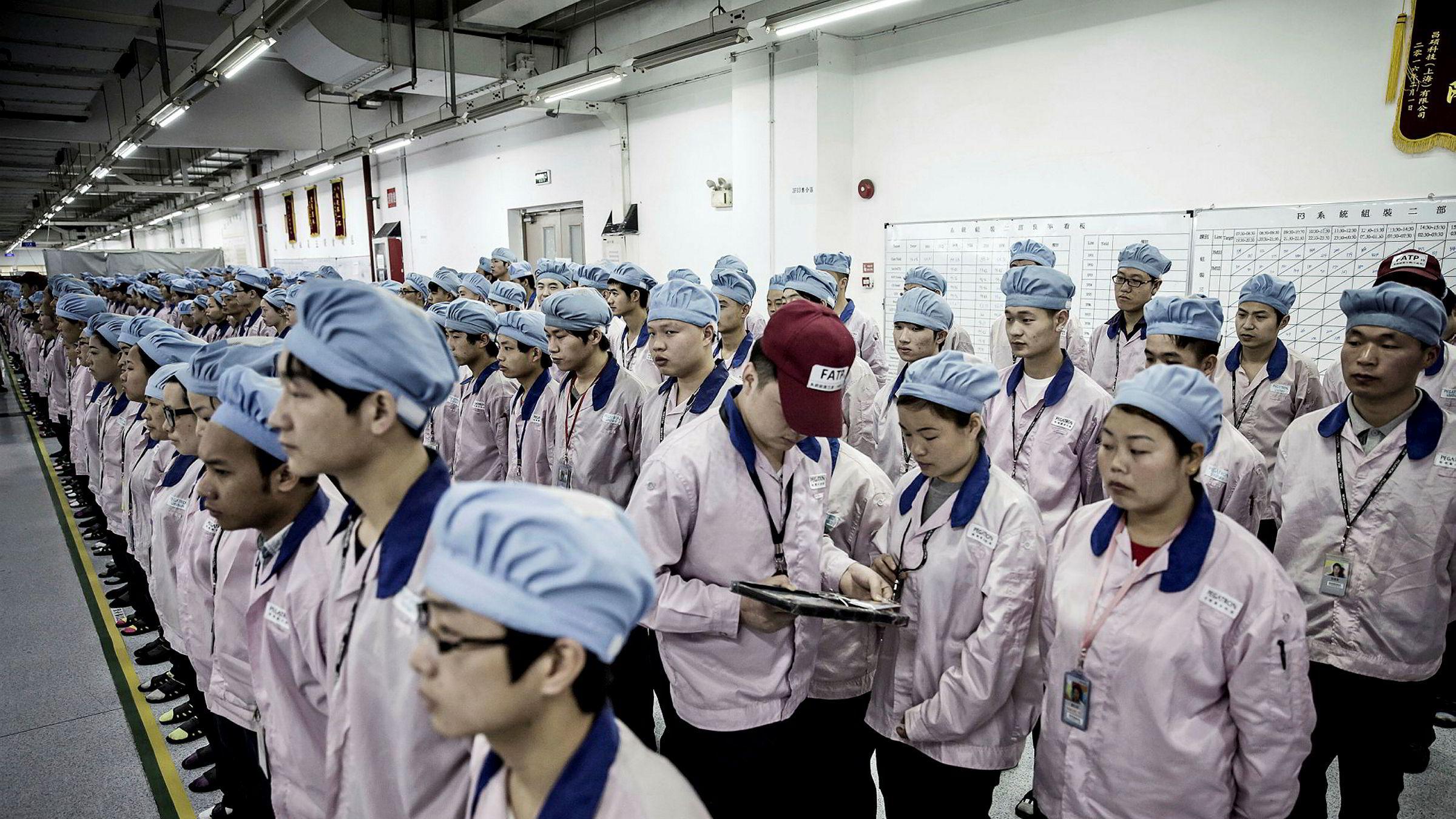 I Kina er lederstilen ofte preget av streng disiplin og autoritet. Her blir det gjennomført en kontroll av passerkort ved en fabrikk tilhørende Pegatron Corp i Shanghai.