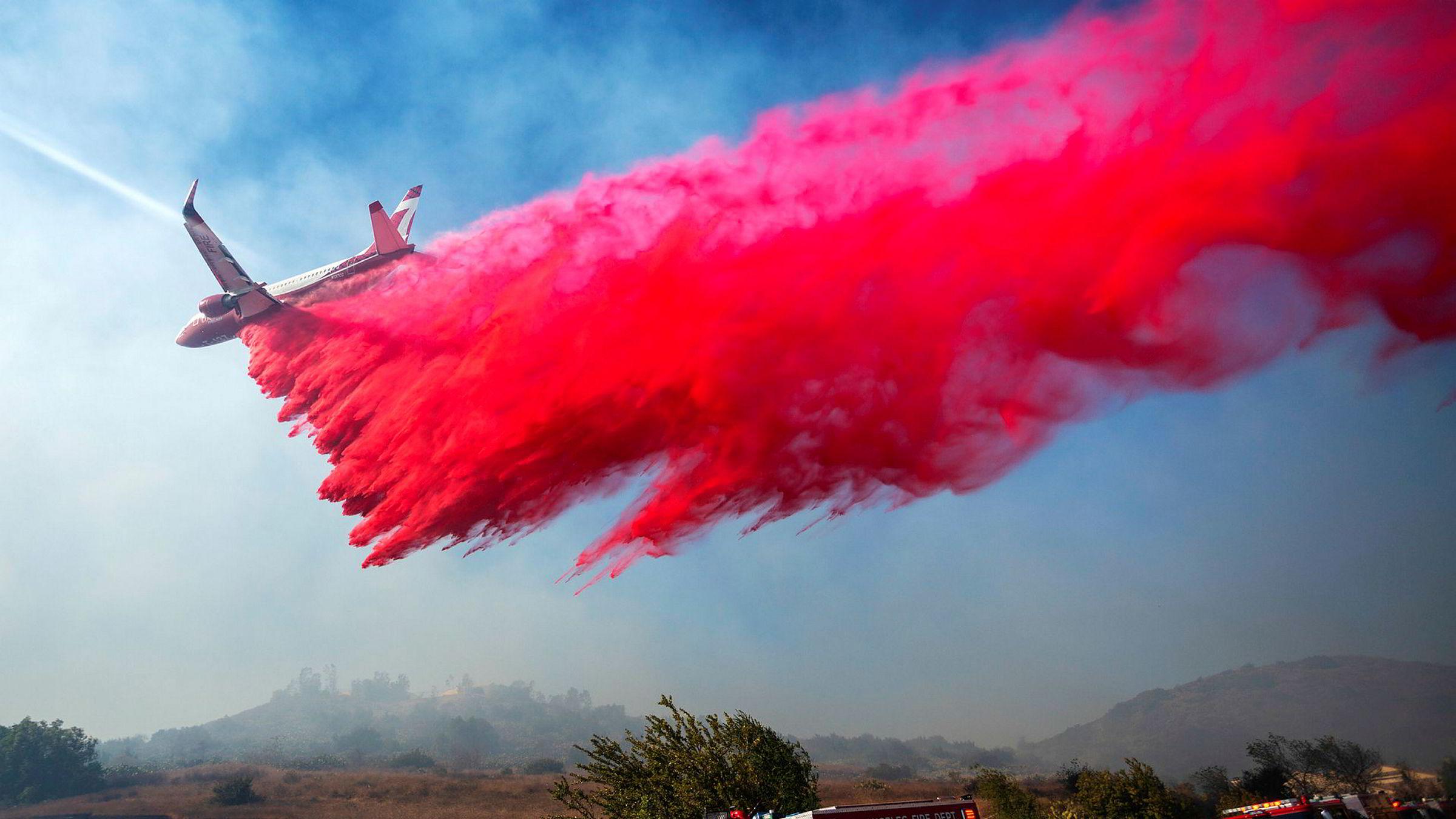 Et brannfly bistår mannskapene på bakken i kampen mot en brann nær Simi Valley i California i slutten av oktober. Kombinasjonen sterk vind og ekstrem tørke gjorde slukkearbeidet svært vanskelig.
