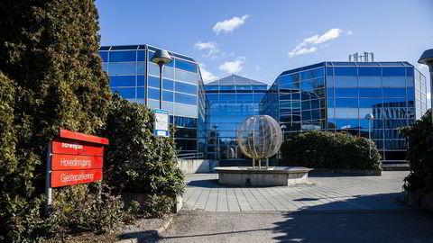 Norwegians hovedkontor på Fornebu er eid av Norwegians gründere Bjørn Kjos og Bjørn H. Kise, og nå vurderer flyselskapet å flytte ut. DNB har pant i eiendommen på 350 millioner kroner.