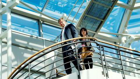 Norwegian-sjef Jacob Schram på vei for å møte pressen mandag i selskapets hovedkontorer på Lysaker i Oslo.