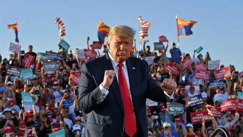 President Donald Trump danser idet han forlater et valgmøte ved Tucson International Airport i Arizona.