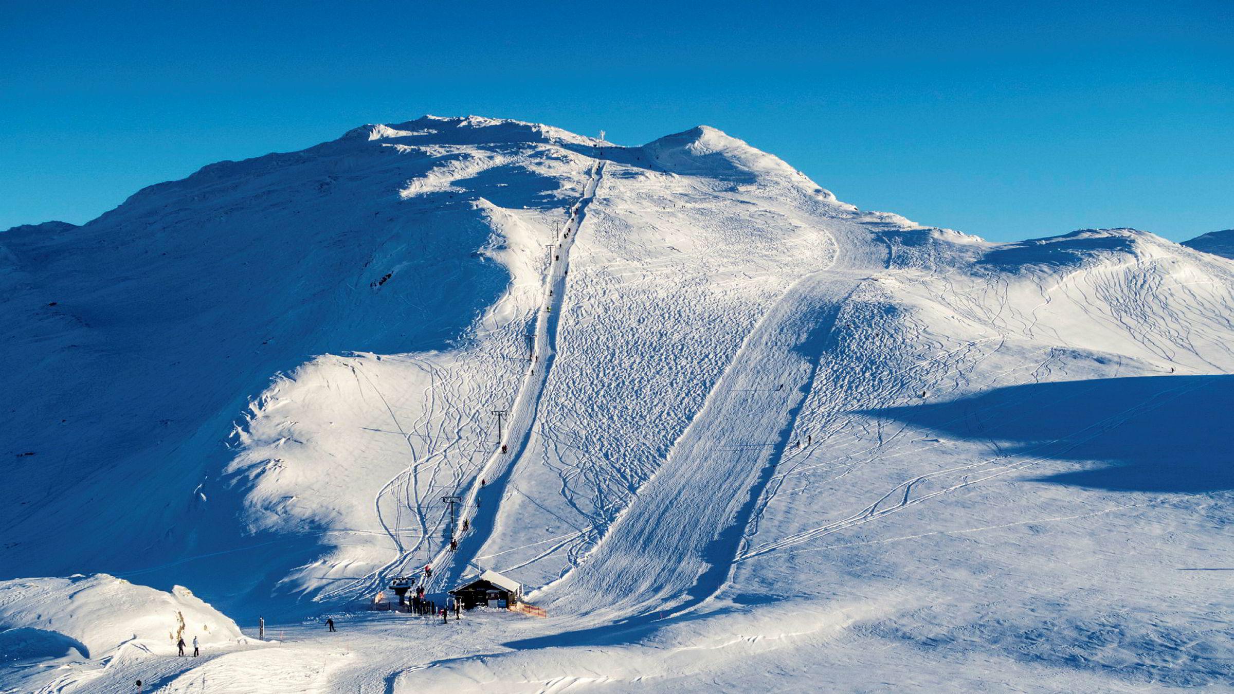Flere steder i landet kan skilte med over to meter snø. Fullt så mye er det ikke i Totten i Hemsedal Skisenter, men også her er snødybden over en meter nå.