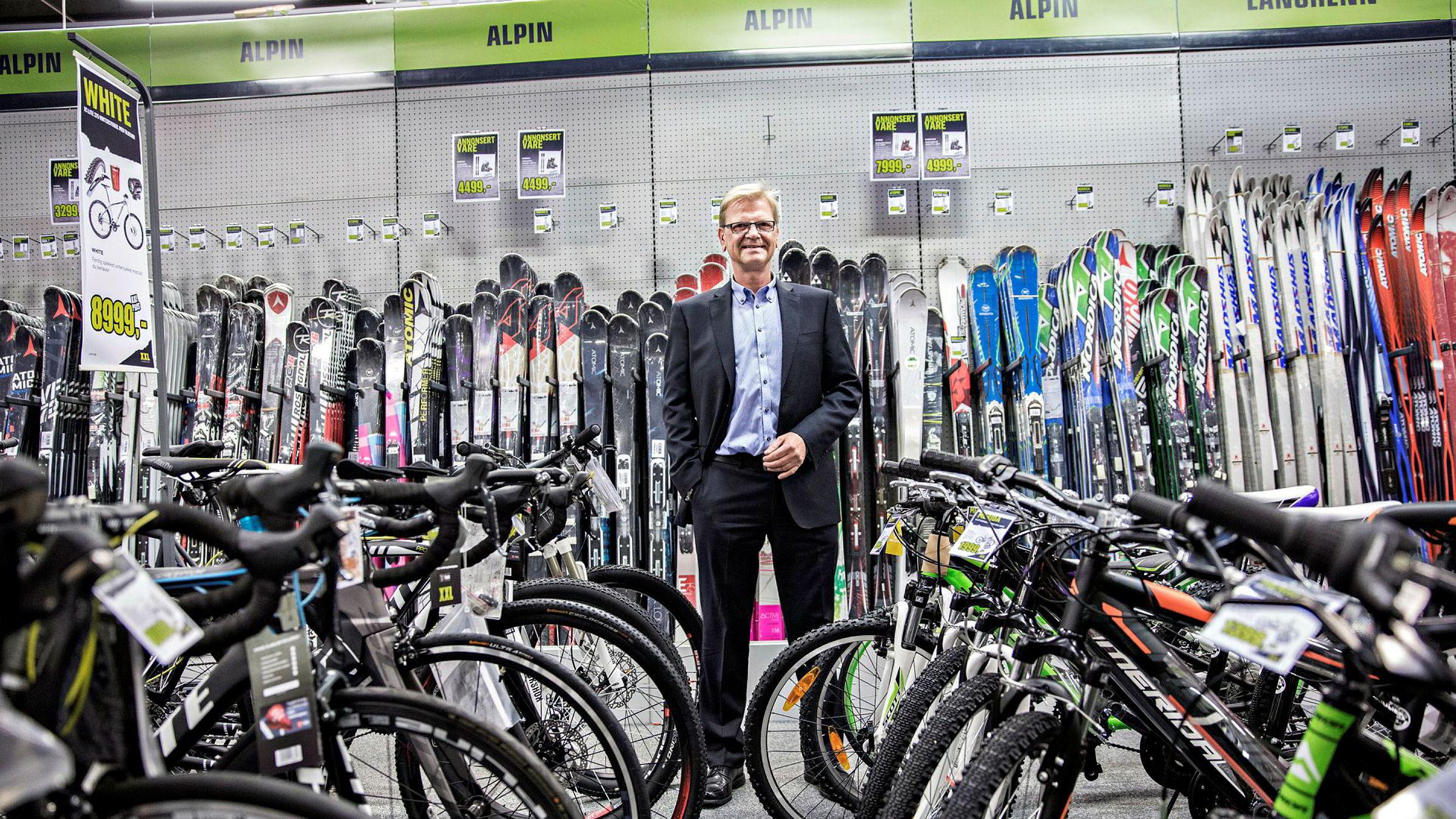 Markedet for idrettslag er på tre milliarder kroner i Norden. Nå vil XXL-sjef Hans Fredrik Steenbuch ha en større del av denne kaken med en ny handelsplattform.