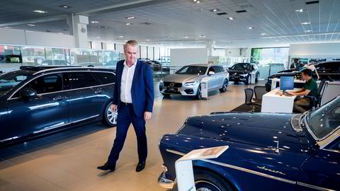 Administrerende direktør i Bilia, Frode Hebnes ser på en veteran Volvo Amazon i Bilias salgslokaler. Foreløpig har ikke Bilia gått til permitteringer, men vil ikke utelukke det.