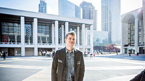 New York, USA, 05.05.2015 Magnus Carlsen på Lincoln Center utenfor Filarmonien, sak, Sohn konferansen 2015, Magnus Carlsen spiller sjakk foran verdens fremste investorer og Hedgefund ledere i Filharmonien i New York, Foto. Johannes Worsøe Berg