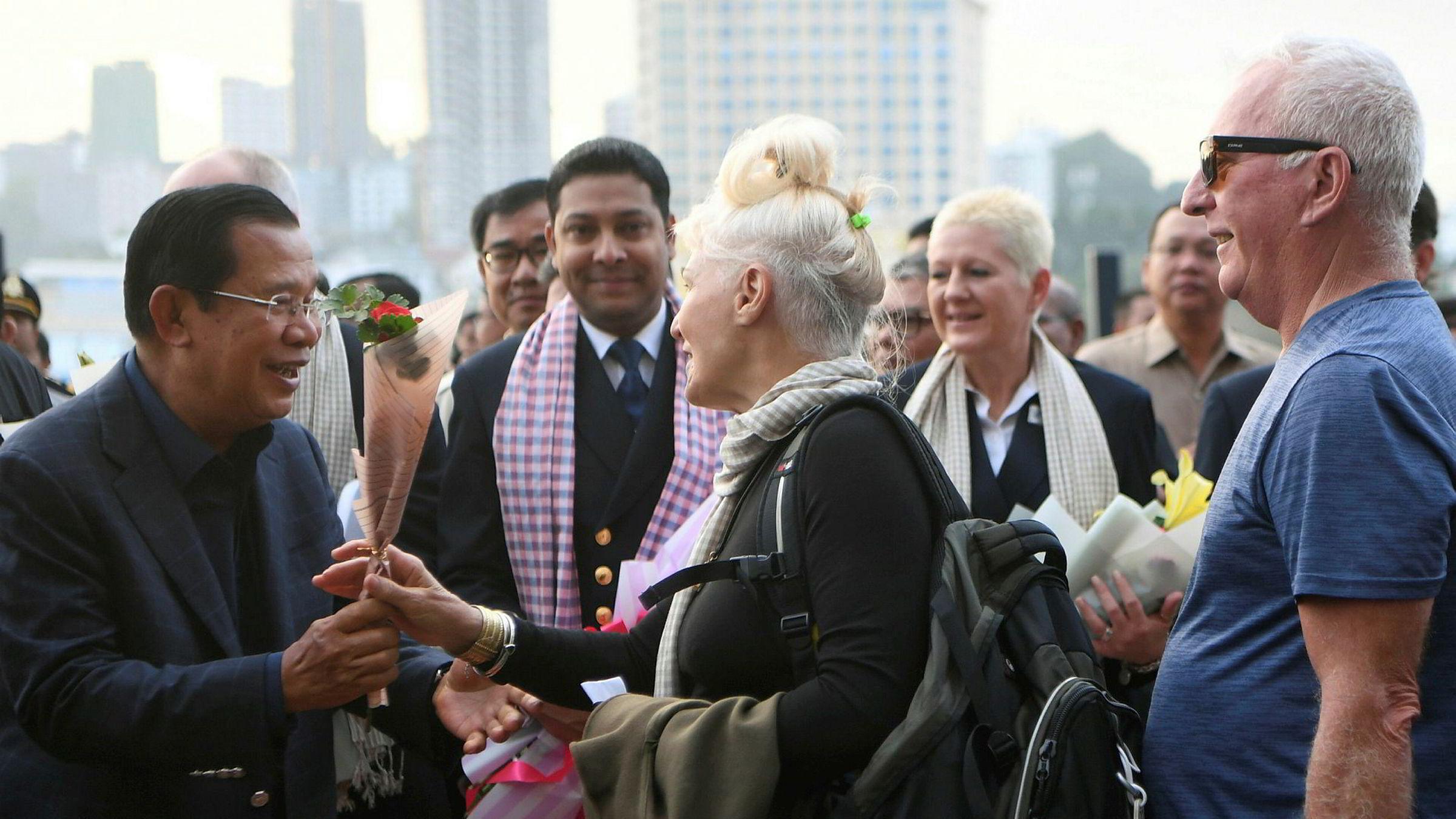Hundrevis av passasjerer om bord et cruiseskip som fikk legge til land i Kambodsja etter å ha blitt avvist av flere land, fikk endelig gå i land. Passasjerene jublet da de gikk i land og fikk blomster av statsminister Hun Sen.