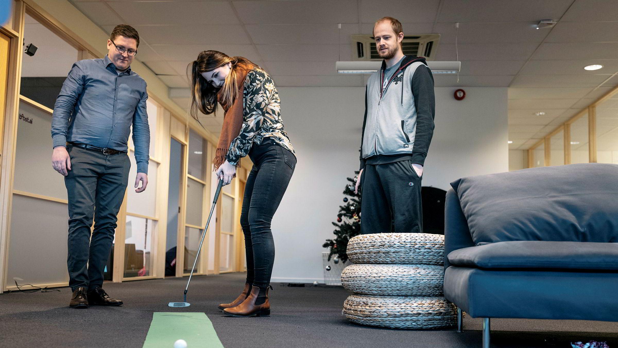 Selskapet Boost AI i Stavanger satser på å doble omsetningen hvert år fremover. Camilla Gjetvik, i midten, Lars Selsås, til høyre og Henry Vaage Iversen, til venstre.