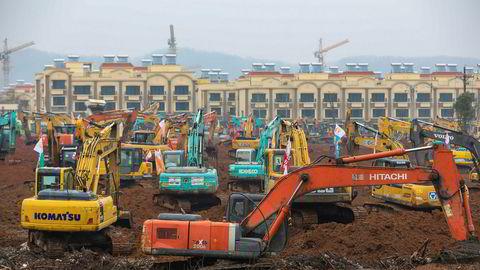 Et titall gravemaskiner og bulldosere har begynt å jevne et 25 målt stort område til jorden i Wuhan – episenteret for utbruddet av den dødelige virussykdommen. Innen ti dager skal et nytt isolatsykehus være i full drift.