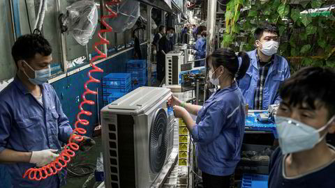 Fabrikkarbeidere er tilbake på jobb i hele Kina, også i storbyen Wuhan, som var episenteret for koronaviorusutbruddet. Her fra en Midea-fabrikken, som produserer air condition-enheter i Wuhan.