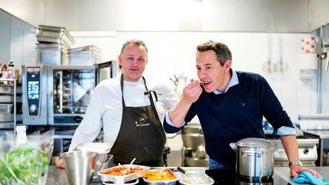 – Det er her jeg liker å jobbe, sier ferdigmatgründer John Forseth (til høyre) når han er innom testkjøkkenet i den nye fabrikken utenfor Trondheim. Her tester han varene sammen med produktutviklingssjef Ole Morten Hansen.