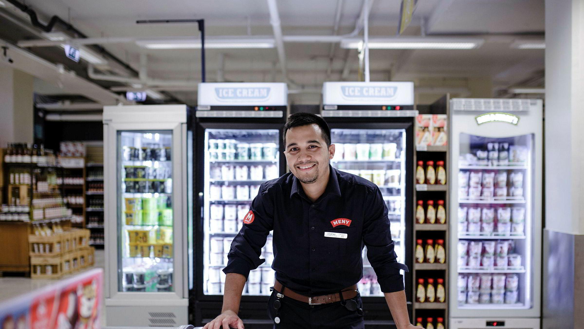 Assisterende butikksjef Luis Antonio Reyes (26) ved Meny Colosseum forteller at de i år har økt salget av is med 35-40 prosent.