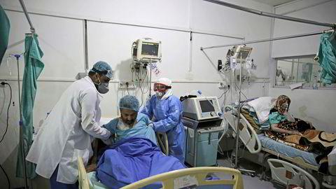 Medisinsk personell hjelper en pasient med covid-19 ved intensivavdelingen ved et sykehus i Jemens hovedstad Sanaa. Ifølge en rapport kan en million mennesker allerede være smittet av koronaviruset i landet.