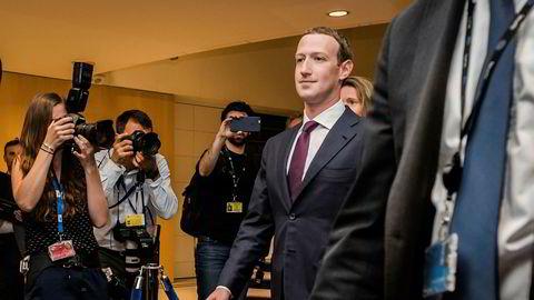 Facebook-gründer Mark Zuckerberg på vei ut etter høringen i EU-parlamentet i Brussel tirsdag.