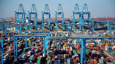 Containerhavnen i Qingdao i den kinesiske Shandong-provinsen er blant de mest automatiserte i verden. Den kinesiske eksporten fortsetter å falle. Internasjonale finansinstitusjoner nedjusterer vekstprognosene for 2020.