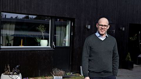 Advokat og bostyrer Kristoffer Aasebø advarer fra sitt hjemmekontor på Høvik utenfor Oslo tingrettene mot å åpne konkurs i selskaper som er blitt illikvide som følge av koronapandemien. – Det har de ikke lov til, mener han.
