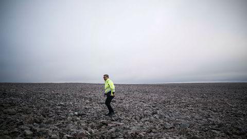 Daglig leder Tore Martinsen befinner seg på den slake steinvidda som gir minimalt med friksjon og sterk vind. Vindparken er blant verdens mest effektive – og mest tåkelagt.