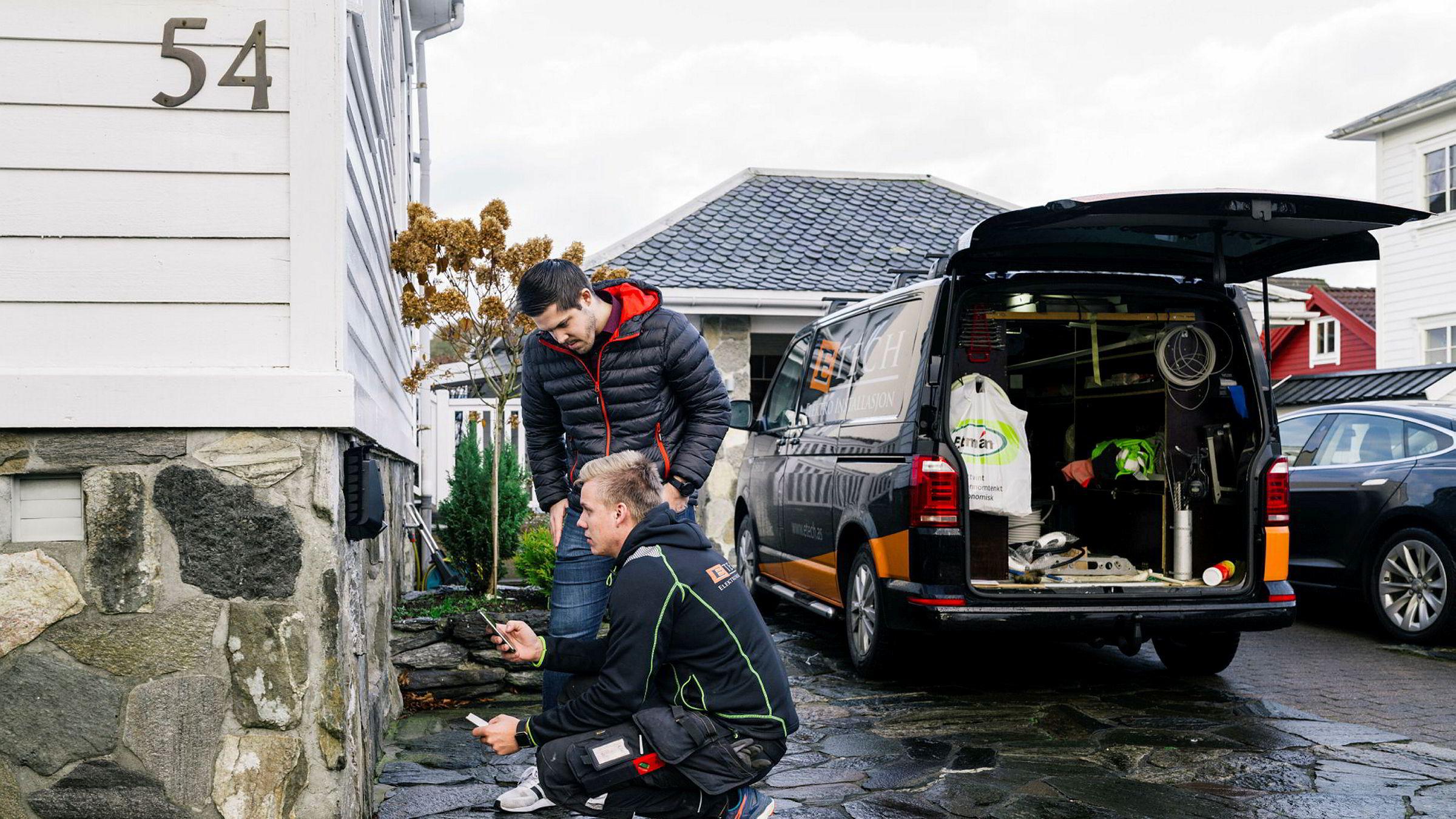 Gründer Jonas Helmikstøl i Easee (til venstre) er sammen med Cato Slettebø fra E-tech som er i gang med å installere nok en lader på et bolighus i Sandnes.