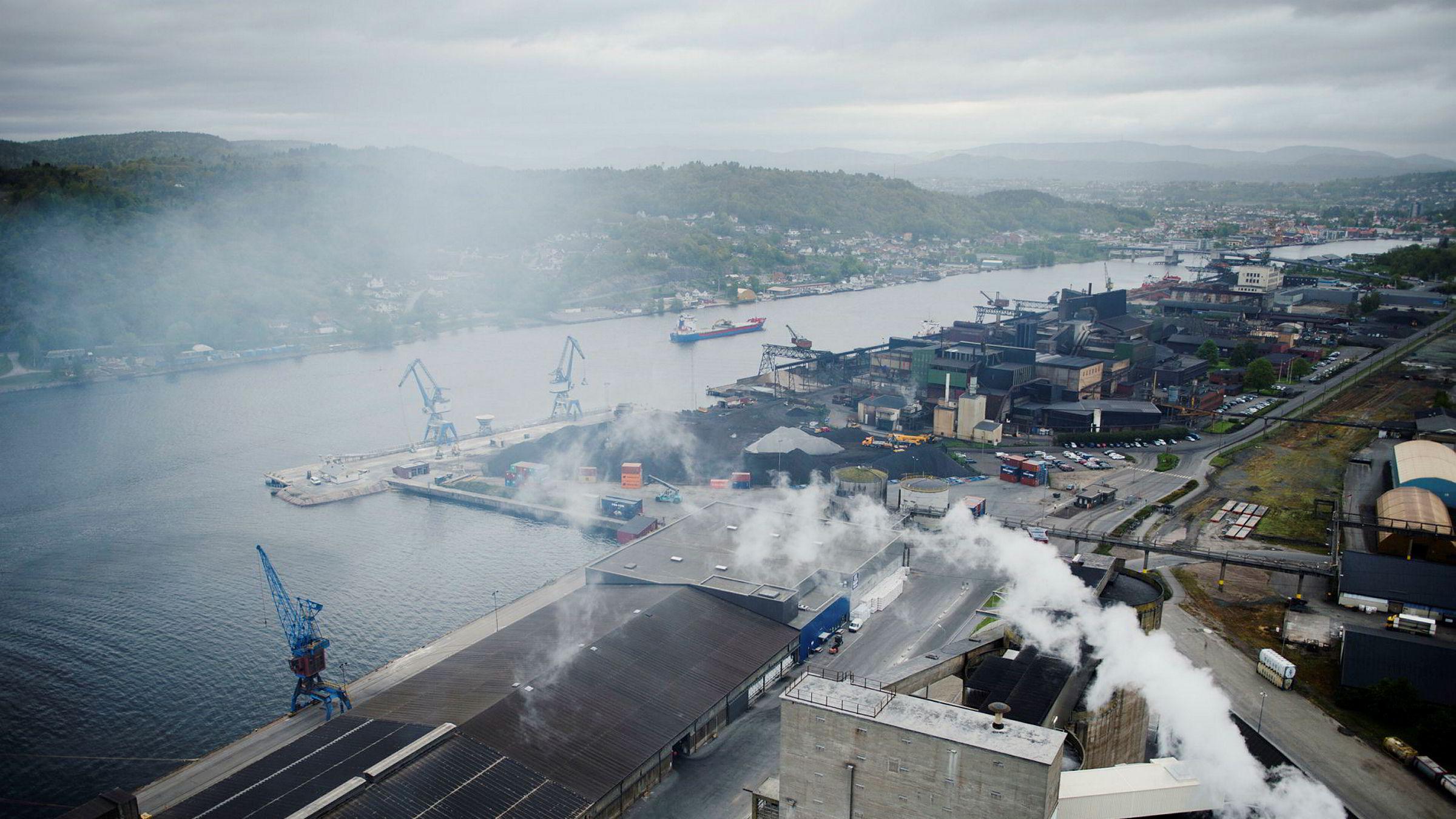 SSB la fredag også frem ferske tall for norsk industriproduksjon i desember. Den viser en paddeflat utvikling fra november til desember, og en marginal nedgang på 0,2 prosent fra tredje kvartal til fjerde kvartal. Bildet viser en av Yaras fabrikker i Porsgrund.