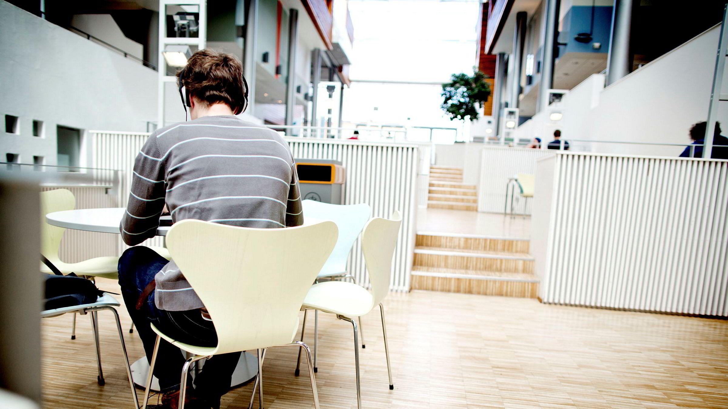Det er i disse dager flere studenter som forbereder seg til årets siste eksamener.