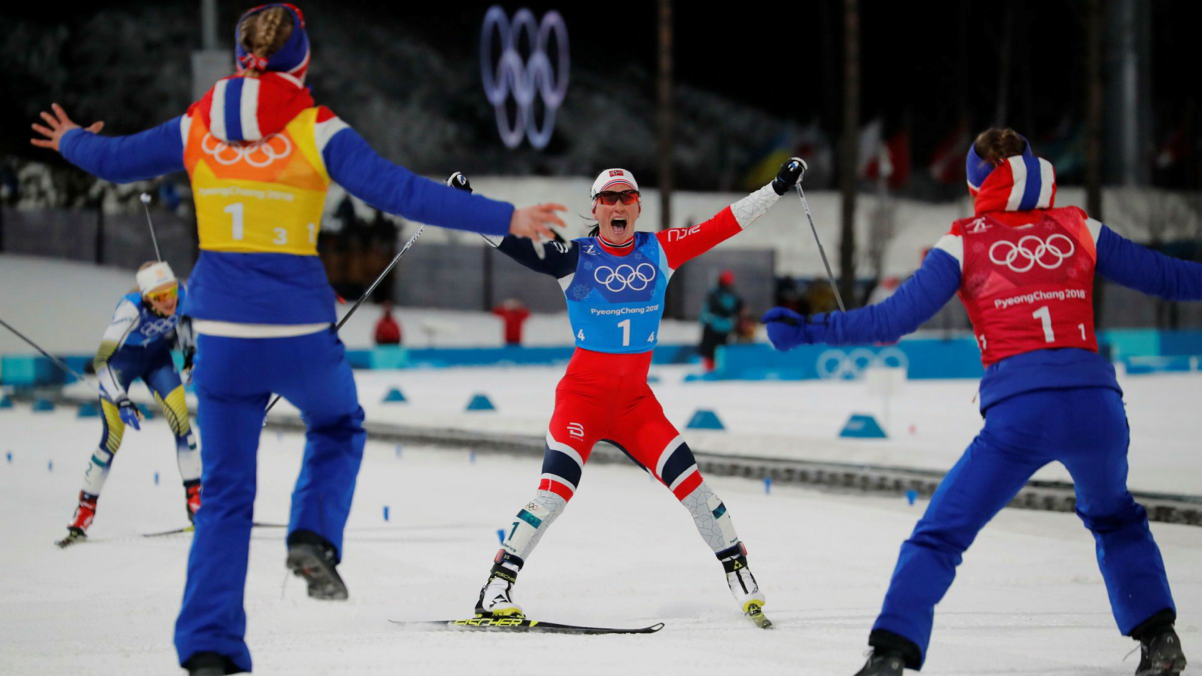 Marit Bjørgen og lagvenninnene jubler vilt etter å ha tatt igjen og parkert Sveriges Stina Nilsson på siste etappe i dagens stafett.