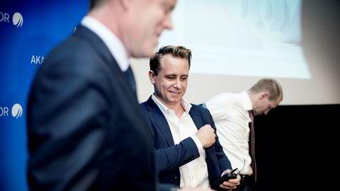 Administrerende direktør Kristian Monsen Røkke i Akastor legger frem tredjekvartalstall for 2016 på Felix på Aker Brygge. I forgrunnen kommunikasjonsdirektør Tore Langballe, i bakgrunnen finansdirektør Leif Borge. Både Røkke og Borge mottar mer i bonus enn i lønn fra selskapet.