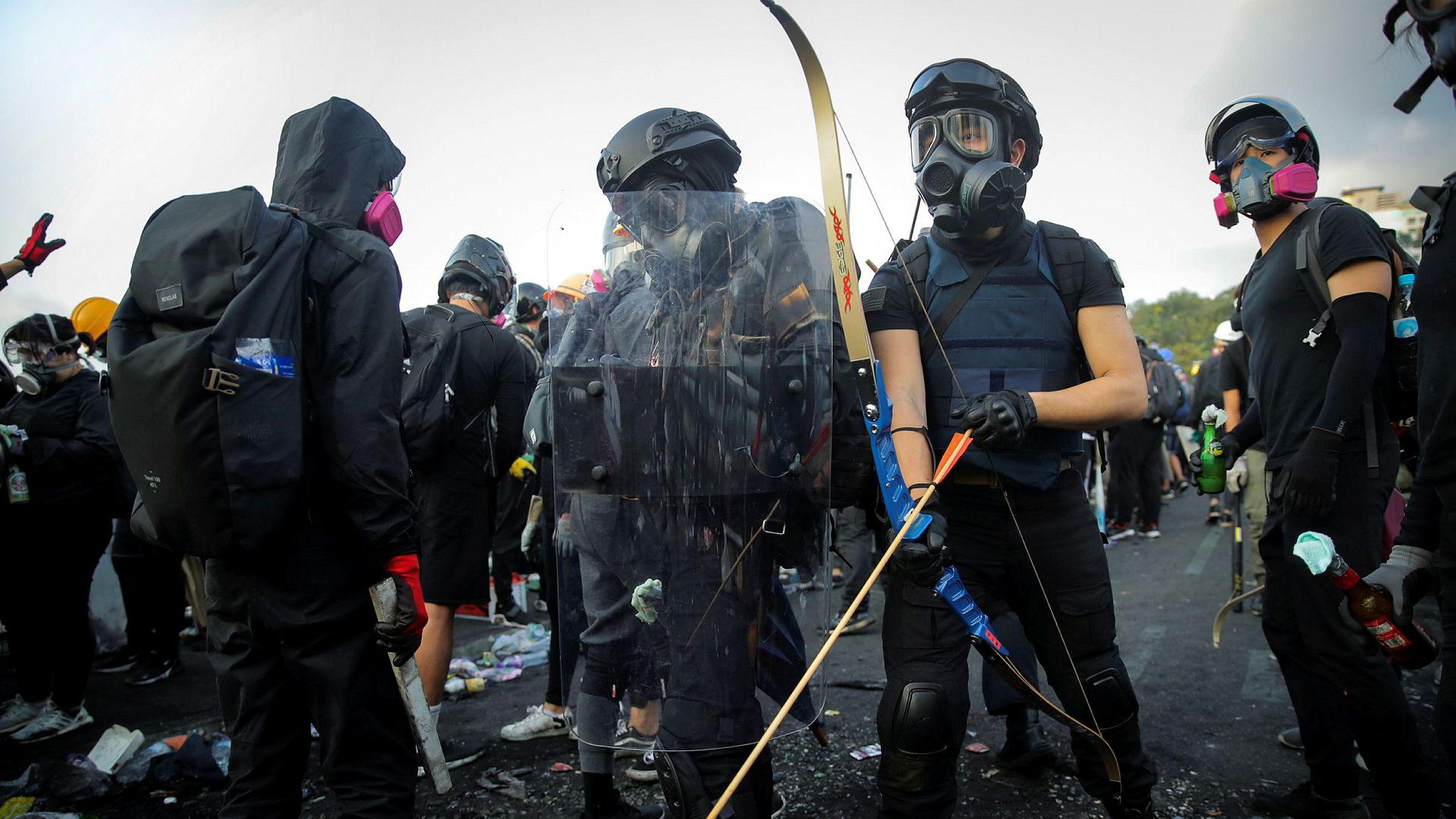 Studenter med hjemmelaget utstyr gjør seg klare for demonstrasjoner utenfor universitetet CUHK i Hongkong onsdag.