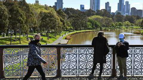 Portforbudet om natten i den australske delstaten Victoria ble mandag opphevet etter at antall koronasmittede sank til sitt laveste nivå siden juni.