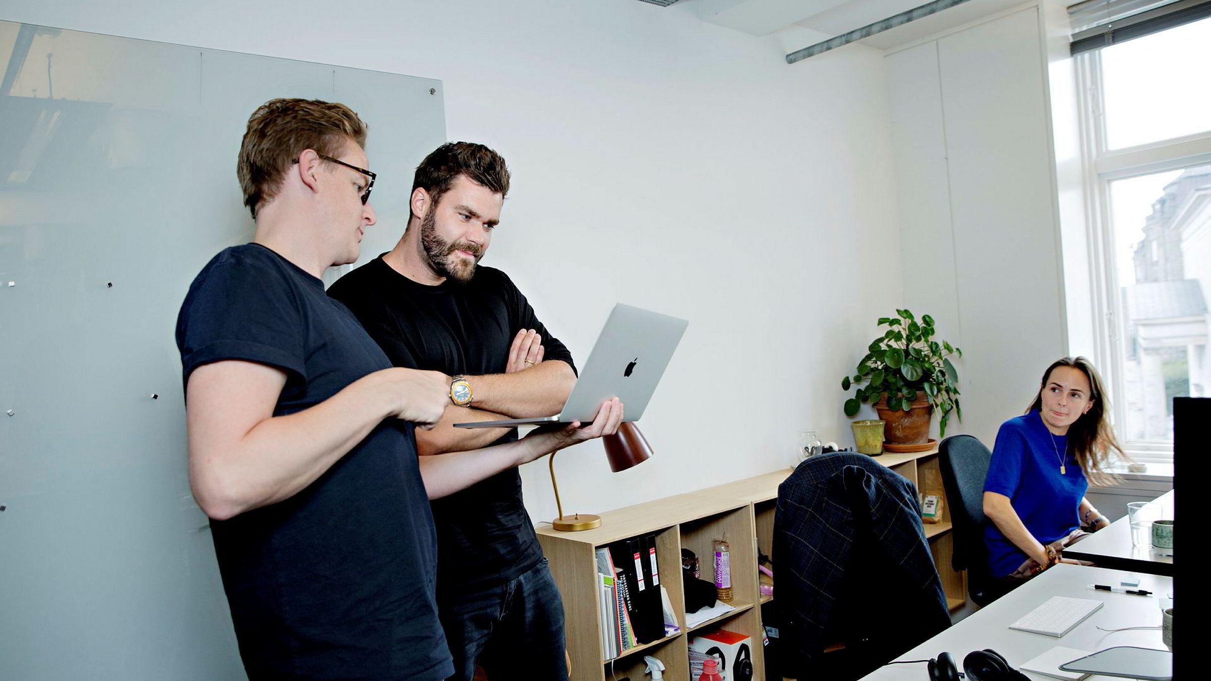 Seriegründer Morten Strunge sammen med Sverre Dueholm (fra venstre) og Eva Lægdsgaard, begge medstiftere av firmaet Podemos. Her fra deres kontorer i København.