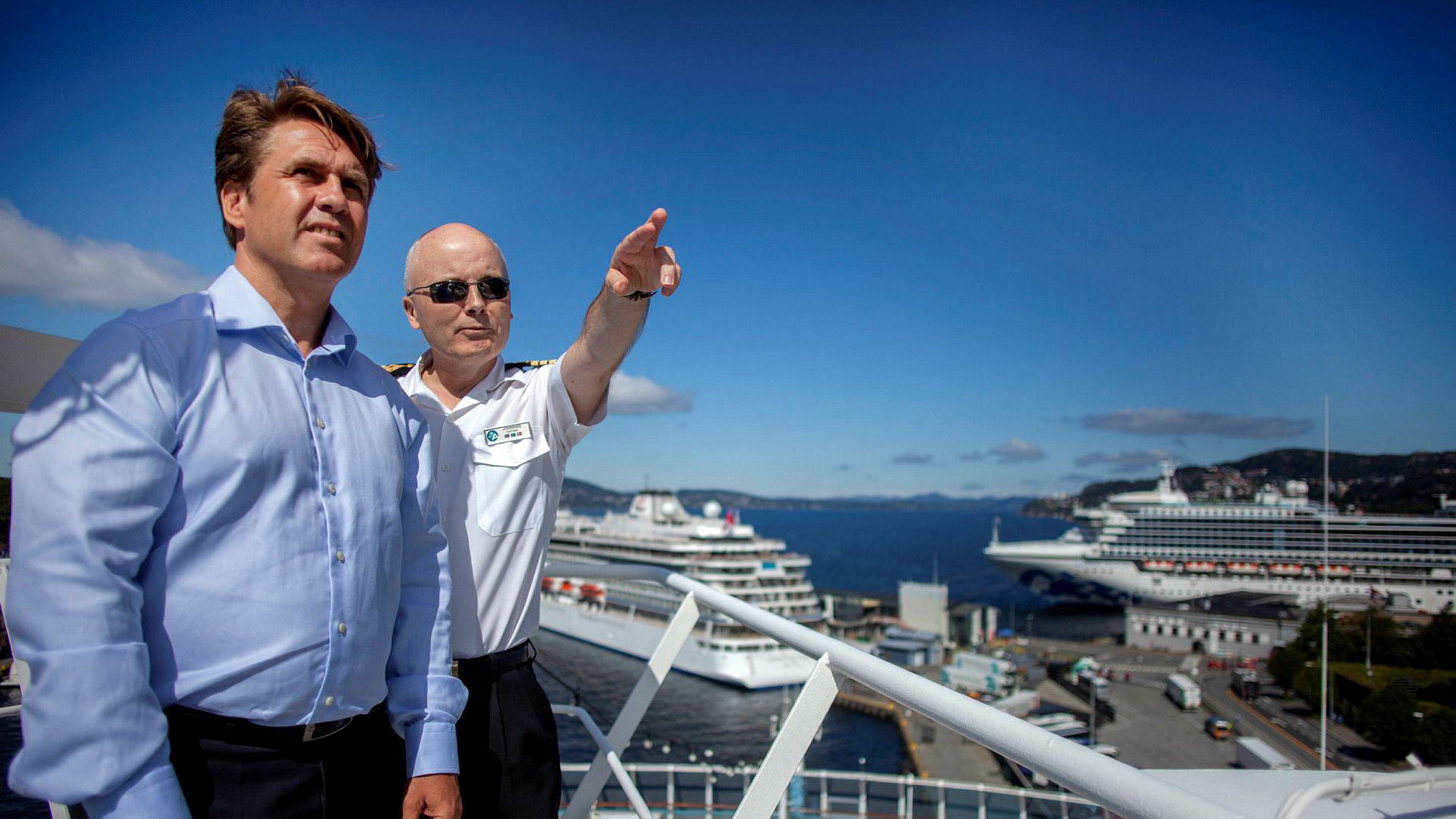 Geir Kronbæck, her sammen med kaptein Johannes Tysse på skipet «Azamara Journey», ble ansatt som Norden-sjef i Royal Caribbean Cruises i fjor høst. Nå får han ikke lov til å uttale seg om de store endringene selskapet planlegger i Oslo og Norden for øvrig.