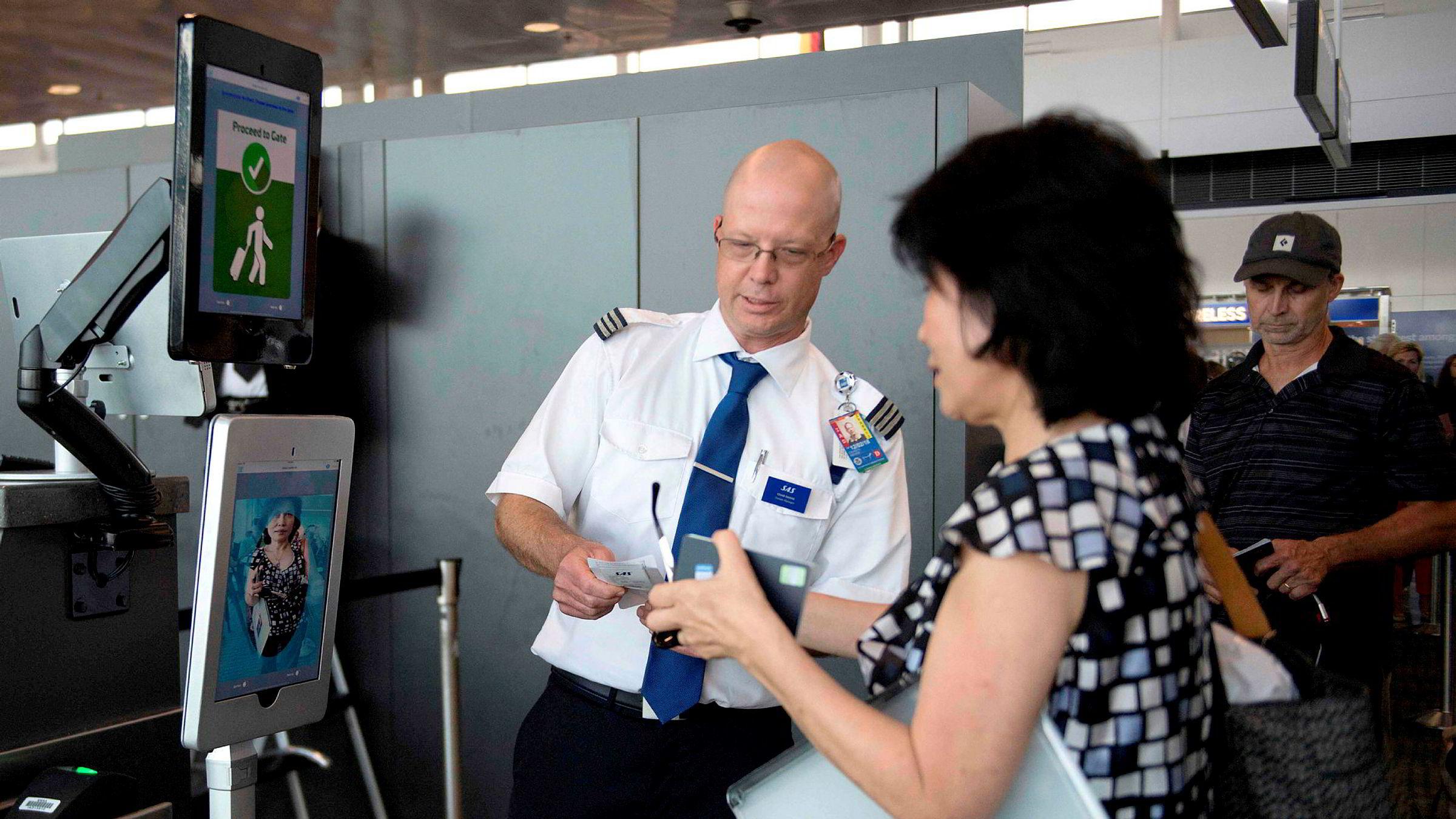 Ansiktsgjenkjenning er en slik løsning som har mange personvernutfordringer. Her en kvinne på den Internasjonale  flyplassen i Dulles i USA, hvor ansiktsgjenkjenning blir benyttet.