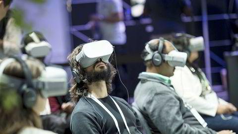 VR kommer til å hjelpe eiendomsmeglere til å selge boliger som ennå ikke er bygget. Blir dette nå noe alle må ha? skriver Kjetil Raaen. Her fra en demonstrasjon av Oculus VR i California i april 2019.