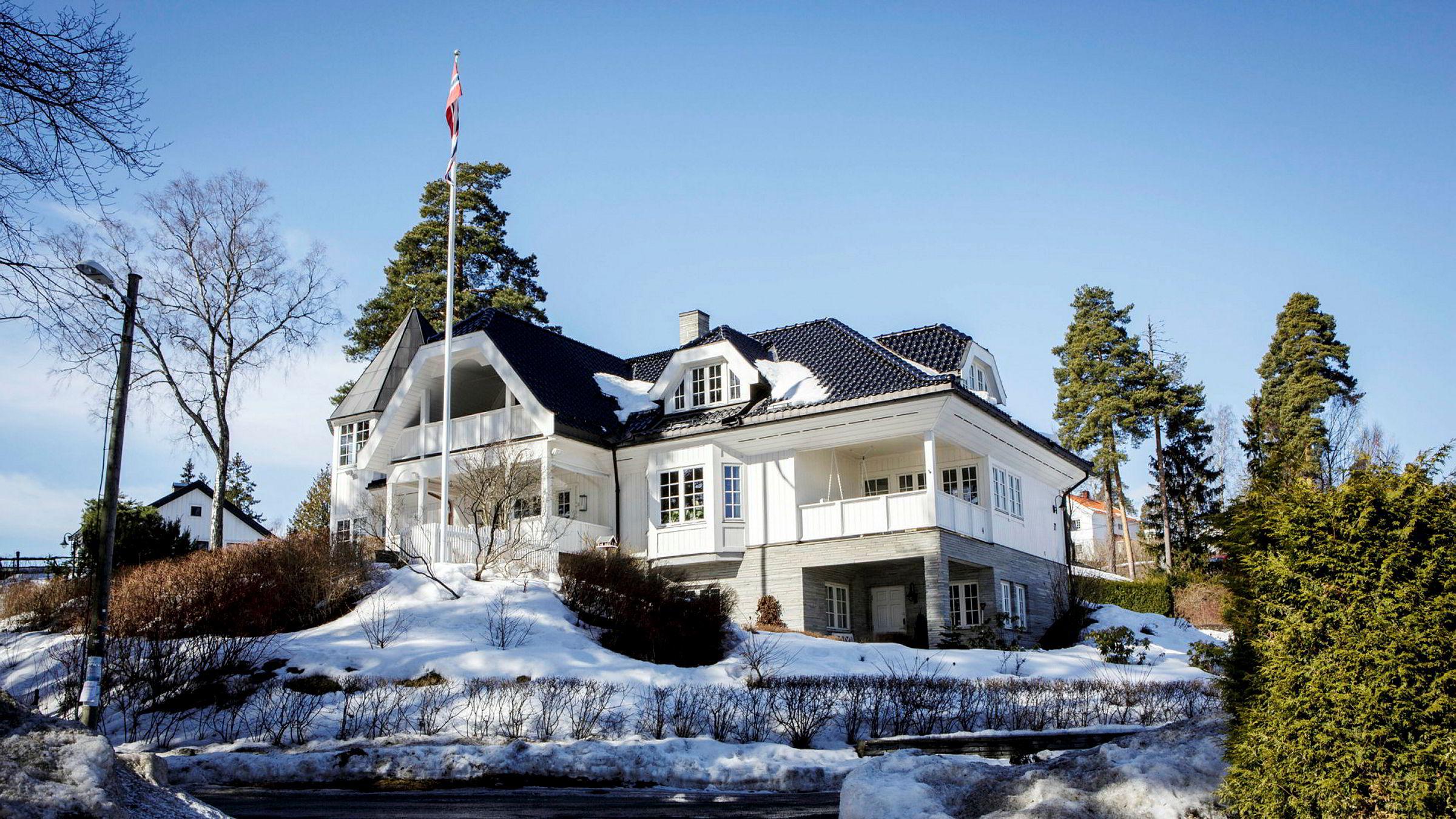Eierne av dette huset på Strand i Bærum kjøpte det for 17,6 millioner kroner i november 2016. Halvannet år senere ønsker de å selge det for 32,5 millioner kroner.