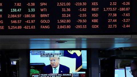 En tv-skjerm viser president Donald Trump tale, inne på børsen i New York torsdag 12. mars 2020.