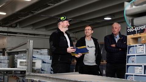 Eier Anders Pedersen (til høyre), daglig leder, Roy Reite og kvalitetssjef og formann Nils Nilsen i produksjonslokalet til Fjordlaks i Ålesund.