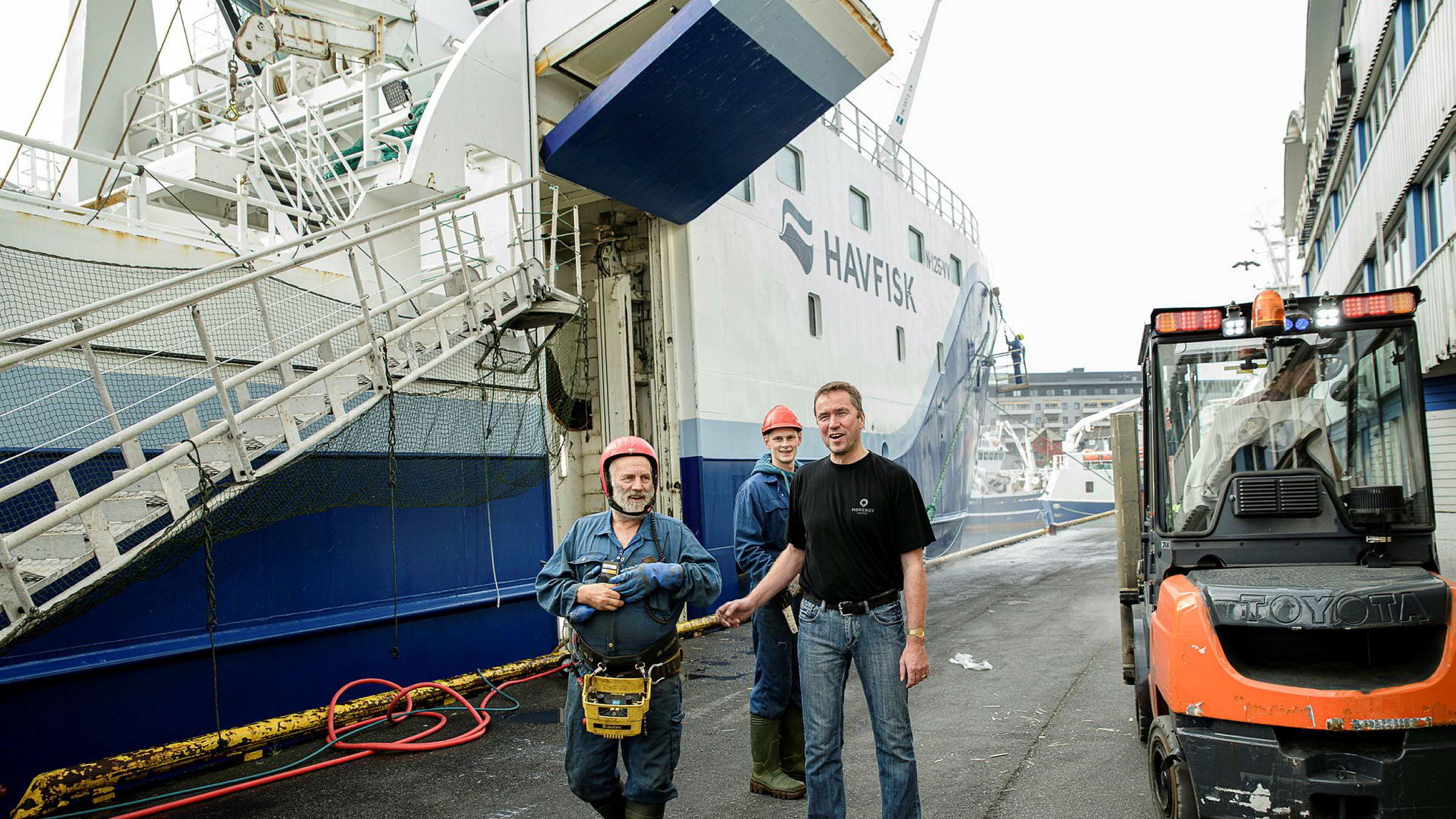 Lerøy-tråleren «Gadus Njord» losser ved kai i Tromsø. Skipper Ove Brennskag med Trålbas Otto Stein Eriksson (til venstre) og fisker Kenneth Daae i bakgrunnen.