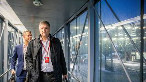 Norwegian-sjef Jacob Schram (foran) har fått hendene fulle med en krisesituasjon etter få måneder i jobben. Her med informasjonsdirektør Lasse Sandaker-Nielsen på Oslo lufthavn tidligere i vinter.