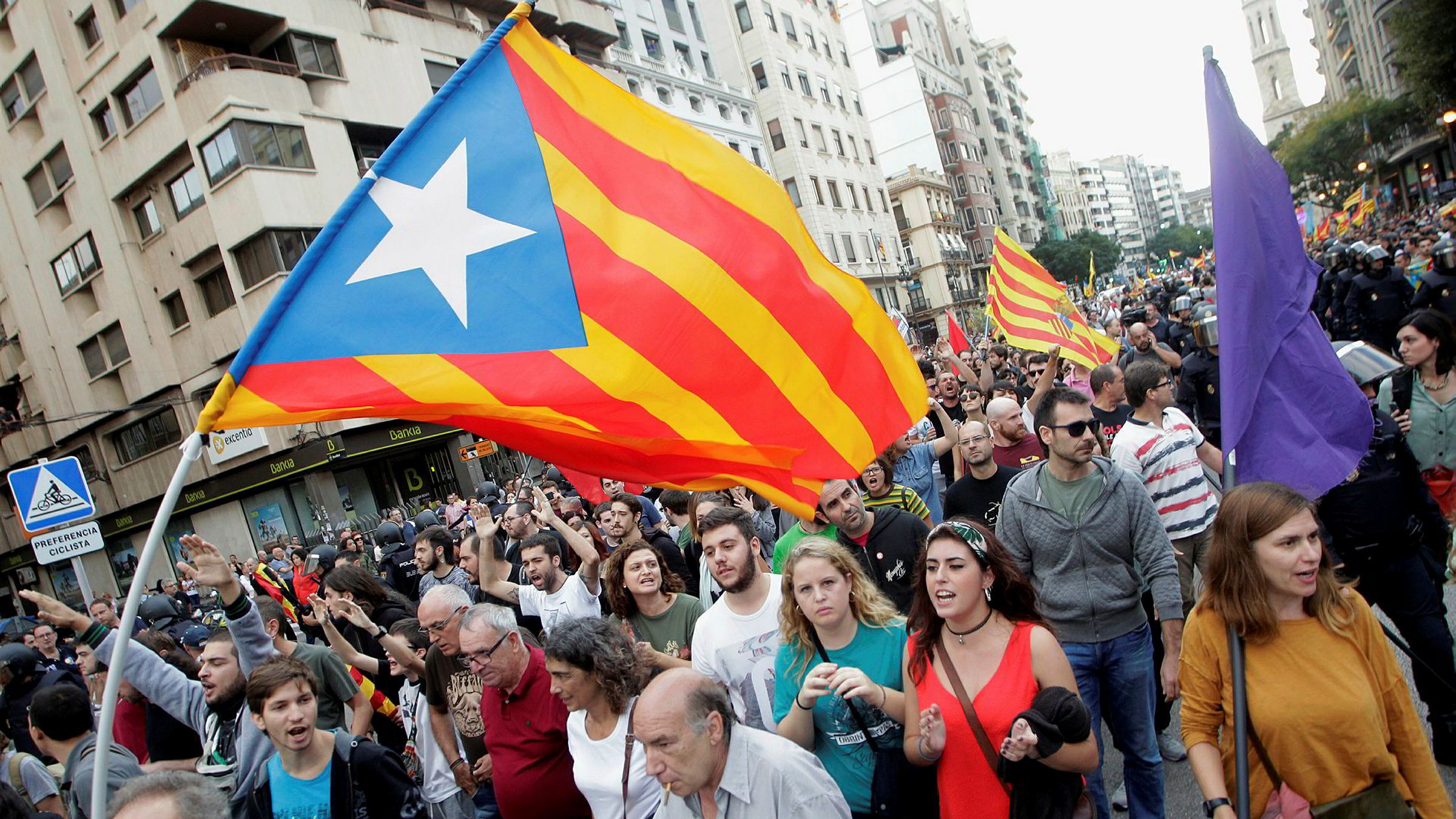 Flagget til katalanske separatister veives i Valencia på mandag.