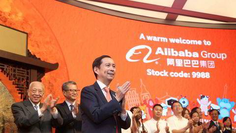 Asias største privateide selskap ble børsnotert i Hongkong tirsdag. Alibaba's sjef Daniel Zhang mottar gratulasjoner under noteringen.