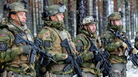 Norske soldater i kamuflasjeuniform og med våpen på øvingsfeltet ved Rena militærleir.