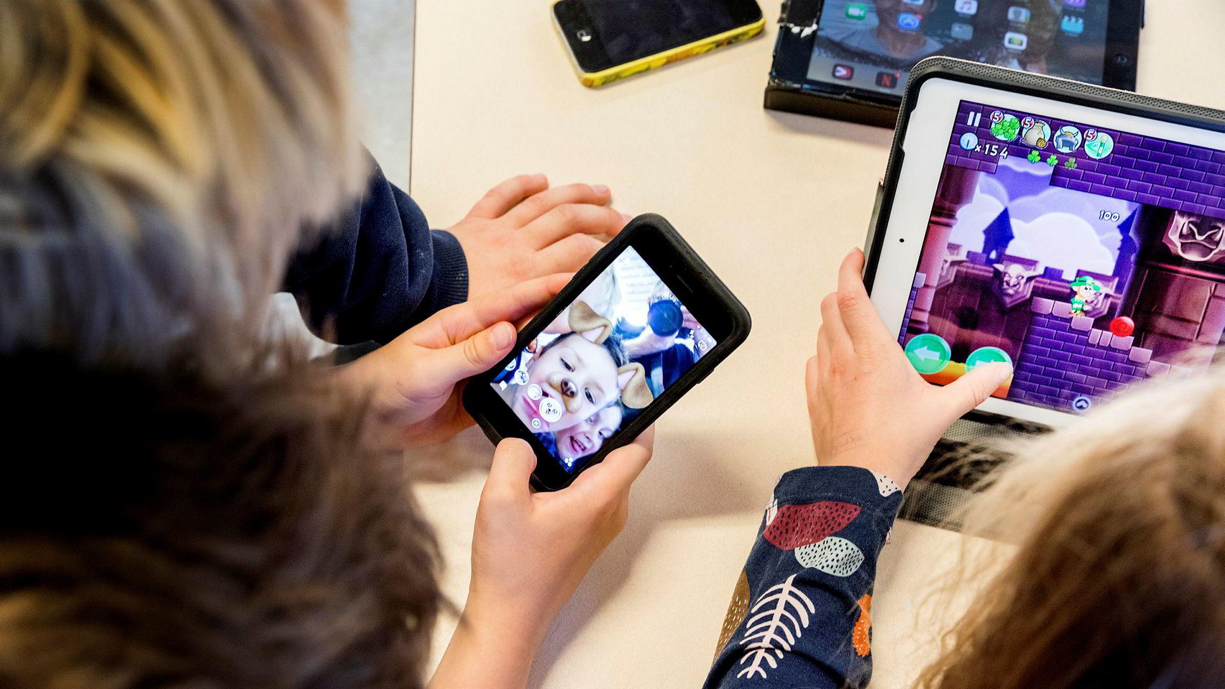 Neste alle barn har smarttelefon når de er ti år, viser en ny undersøkelse. Dette mener digitaliseringsminister Nikolai Astrup (H) er for tidlig og ber foreldre nekte barna smarttelefon.