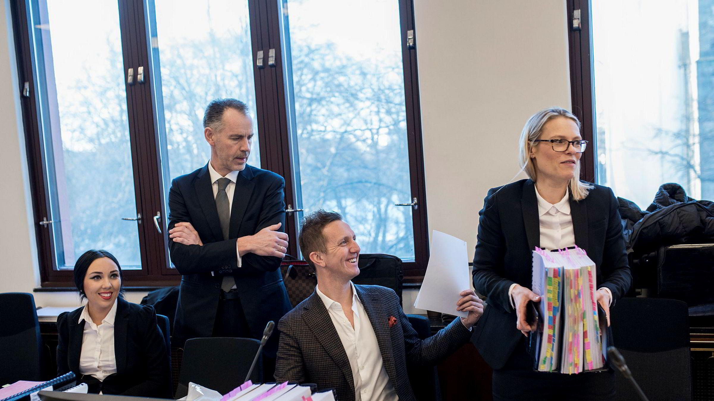 Advokatene Nina Thommesen, til venstre og Bård Koppang ledet an i forsvaret av Kjetil Andersen, i midten, i Stavanger tingrett mandag. Advokat Belinda Taranger Ingebrigtsen, til høyre, skal gå nærmere gjennom de økonomiske sidene av saken tirsdag.
