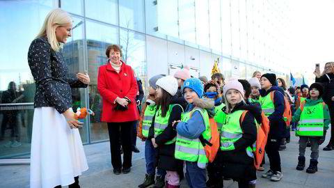 1000 barn bærer bøker til det nye biblioteket i Bjørvika.
