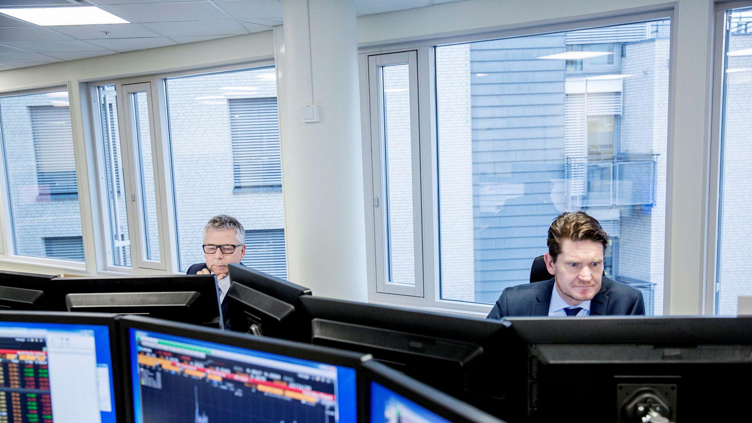 Sjeføkonom Kjetil Olsen og sjefanalytiker Erik Bruce (til venstre) i Nordea Markets følger markedene tett.