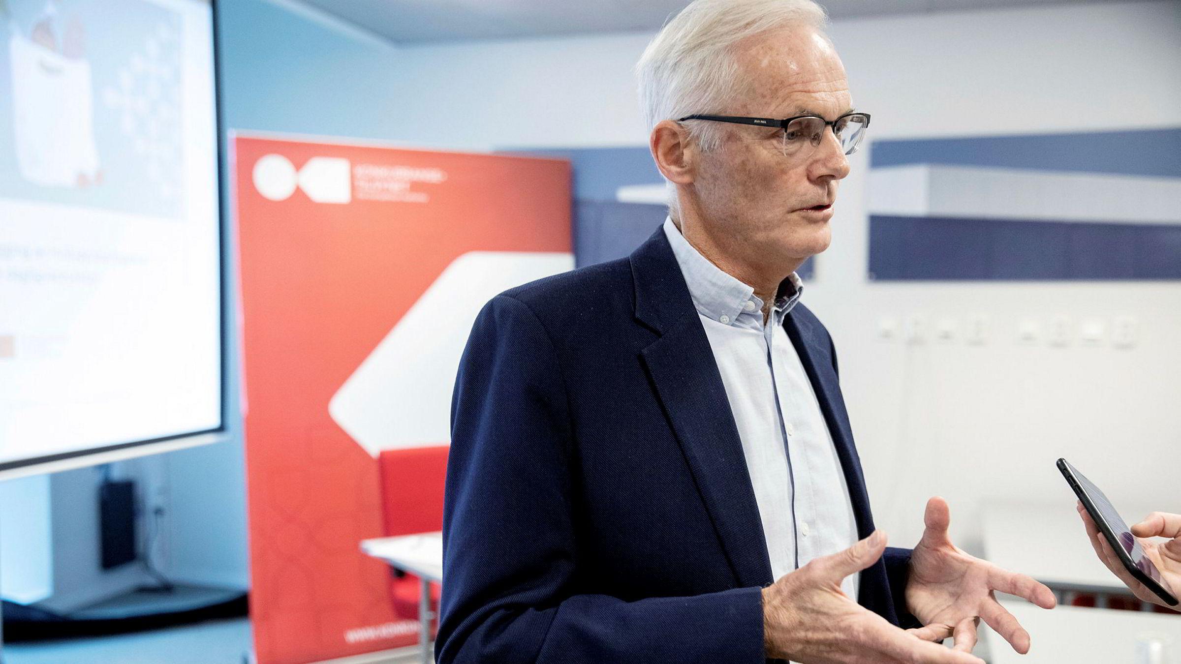 For å gå til et drastisk skritt som bevissikring, må vi ha et solid faktagrunnlag, skriver Lars Sørgard i innlegget. Her holder han pressekonferanse i Bergen 13. november etter razziaene mot dagligvarehandelen.