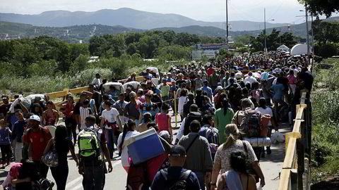 Folk fra Venezuela krysser grensen til Colombia. Det har over én million mennesker gjort siste 16 måneder.