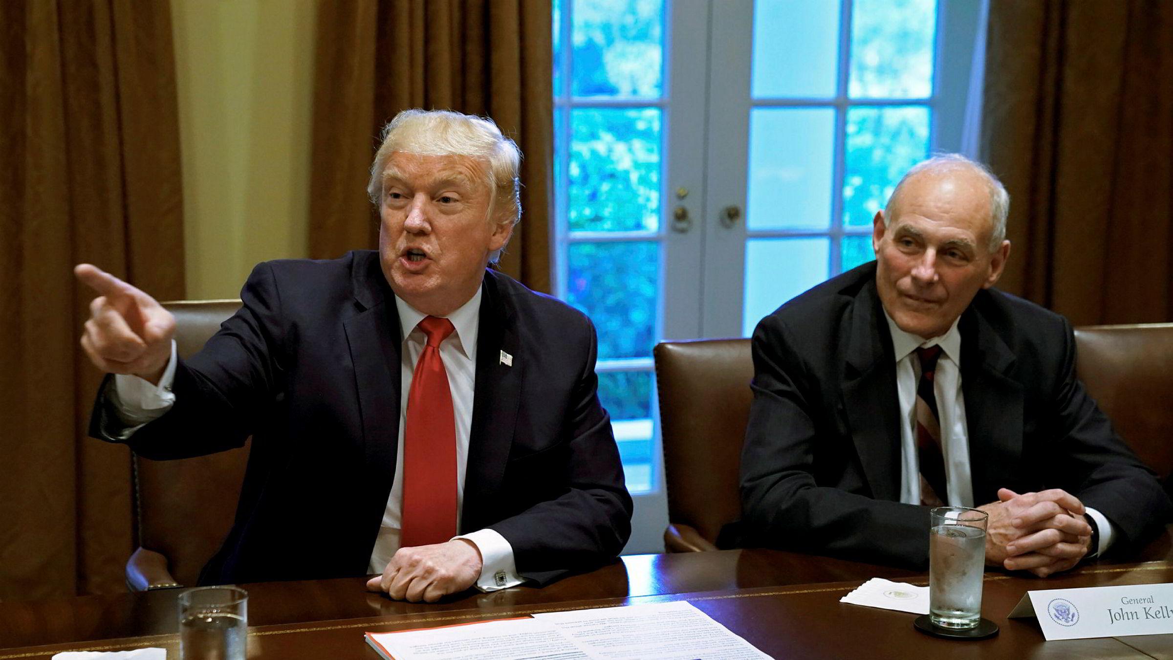 Stabssjef John Kelly (t.h) nekter for å ha kalt president Donald Trump (t.v.) for «idiot» foran ansatte. Bildet er fra oktober.