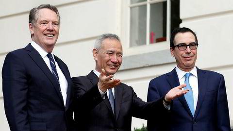 Kinas visestatsminister Liu He under et besøk til Washington for samtaler om handelsavtale, her sammen med to forhandlere fra den amerikanske delegasjonen Robert Lighthizer og Steve Mnuchin.
