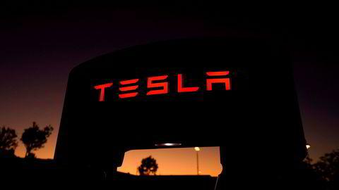 På bildet vises en av Teslas superladere ved en ladestasjon i Santa Clarita i California i USA.